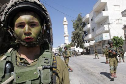 Soldados israelenses fazem buscas na cidade de Tapuah, perto de Hebron.