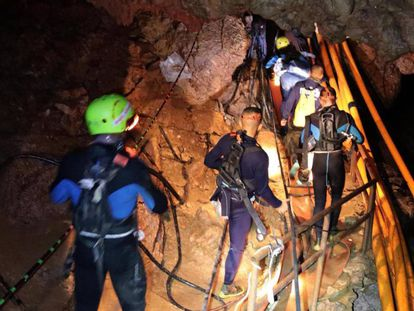 Os militares tailandeses durante o resgate.