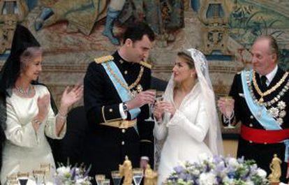 O príncipe Felipe brinda com sua esposa, Letizia Ortiz, no dia de seu casamento diante dos Reis.
