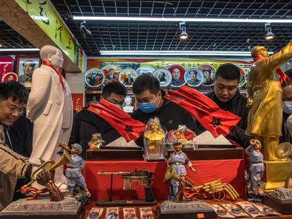 Turistas em loja de souvenirs temáticos da China comunista, na cidade de Jinggangshan, província de Jiangxi, na sexta-feira passada.