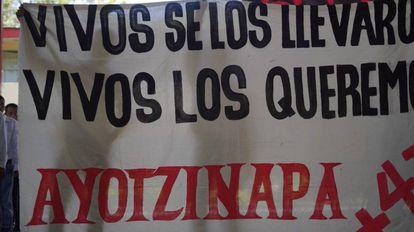 Familiares dos 43 estudantes na escola rural de Ayotzinapa.