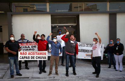 Trabalhadores do Hospital Tide Setúbal, na zona leste de São Paulo, protestam no sábado 18 de abril contra a falta de equipamento de proteção.