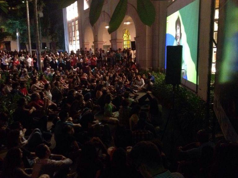 Público acompanha transmissão de ato no Tuca pelo telão