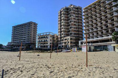 A paisagem de Varosha. Todos os hotéis à beira-mar estão vazios e em ruínas.