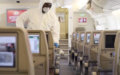 Inspeção em avião da Emirates.