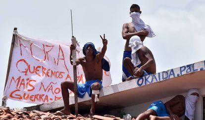 Presos amotinados durante rebelião na penitenciária de Alcaçuz, no Rio Grande do Norte, em 2017.