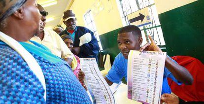 Um funcionário explica como se vota em um colégio de Nkandla.