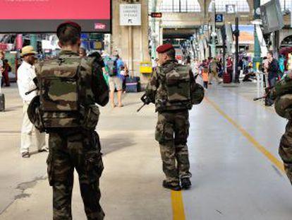 Vários soldados patrulhavam neste sábado na estação Gare du Nord em Paris.