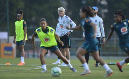 Pia coordena treino da seleção feminina.