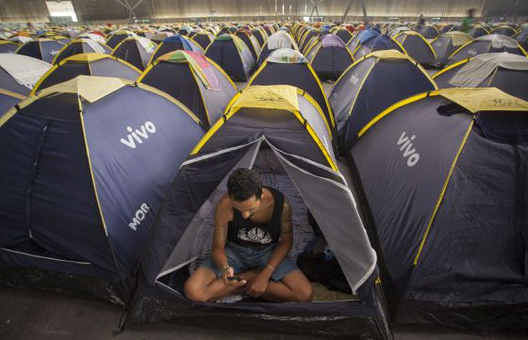 Um jovem acampado na Campus Party.