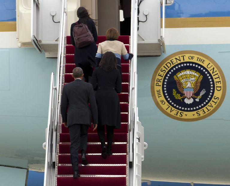 Barack Obama entra com sua esposa Michelle, a mãe da primeira-dama e sua filha Sasha no avião que o transportou a Havana.