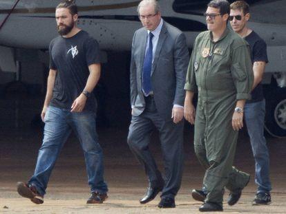Cunha é escoltado a avião que o levou a Curitiba.