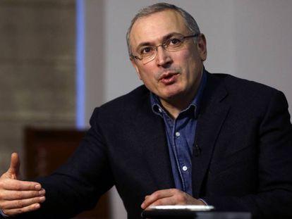 Mikhail Khodorkovski durante uma entrevista em Londres em 15 de fevereiro