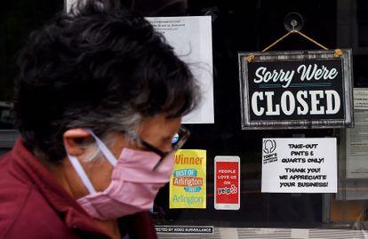 Placa de loja fechada em Arlington, Virginia (EUA), durante isolamento contra o coronavírus, em 4 de maio.