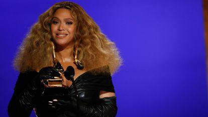Beyoncé recebe um dos seus Grammys, neste domingo no Centro de Convenções de Los Angeles (Califórnia).