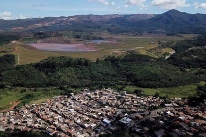 Um bairro residencial de Congonhas, cidade de Minas Gerais, rodeado por 23 barragens de resíduos de mineração.