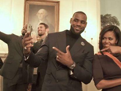LeBron James e Michelle Obama, no vídeo.