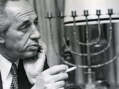 Shimon Peres diante de uma menorá (candelabro ritual) durante uma entrevista no seu escritório em Tel Aviv, em 1983, por ocasião da visita que faria logo depois a Madri.
