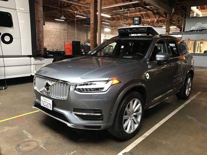 Um dos carros sem motorista da Uber na garagem do aplicativo.