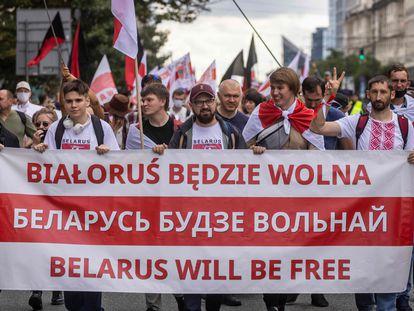 Passeata de membros da diáspora belarussa em Varsóvia, na Polônia, em homenagem ao primeiro aniversário dos protestos contra Aleksandr Lukashenko, neste domingo, 8 de agosto.