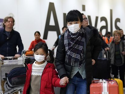 Passageiros chegam ao aeroporto de Heathrow, em Londres,onde voos da China estão sendo monitorados.