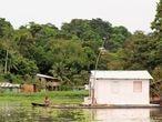 Morador usa canoa no bairro Colônia Antônio Aleixo, Zona Leste de Manaus. Amazonas vive crise tripla com inundações, ataques de criminosos e pandemia de covid-19.