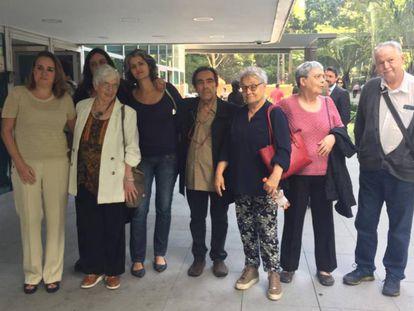 Familiares de Merlino com amigos e outras vítimas da ditadura, após o julgamento desta quinta. Na ponta esquerda, a advogada Eloísa Machado de Almeida.