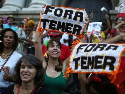 Uma das manifestações pelo fora Temer em bloco de carnaval no Rio.