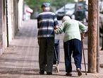 Una pareja de ancianos en una calle de Barcelona.