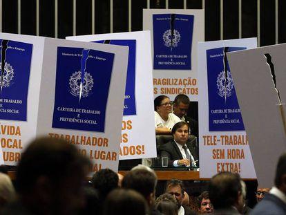 Deputados votam no plenário da Câmara o projeto que trata da reforma trabalhista.