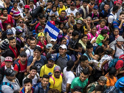 Panorama da caravana de imigrantes que cruzam a México.