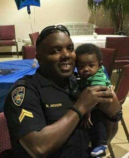 Montrell Jackson com seu filho, numa foto tirada por sua mulher há alguns meses.