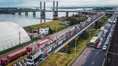 Manifestantes em Porto Alegre nesta segunda-feira.
