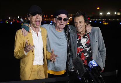 Da esquerda para a direita: Mick Jagger, Keith Richards e Ron Wood, dos Rolling Stones,no Hollywood Burbank Airport de Burbank, Califórnia, Estados Unidos, em 11 de outubro.