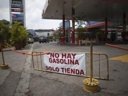 Posto avisa sobre a falta de gasolina em Caracas, neste domingo.