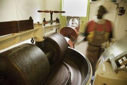 Processo de mistura do chocolate na Grenada Chocolate Company, na ilha de Granada.