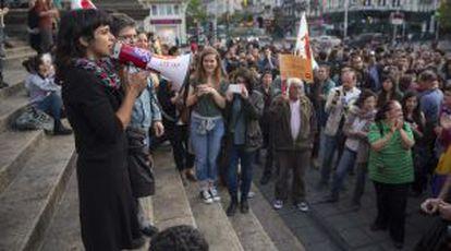 Teresa Rodríguez, de Podemos, fala durante uma manifestação a favor de um referendo sobre a monarquia, em junho, em Bruxelas.