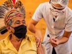 Indígena é vacinado em Minas Gerais.