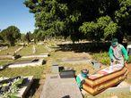 BRASÍLIA (BRASIL), 08/06/2020.- Trabajadores del cementerio Campo de Esperanza entierran una víctima de coronavirus este lunes, en Brasilia (Brasil). Brasil rectificó los últimos datos oficiales sobre la Covid-19, sobre el balance diario divulgado el domingo, y amaneció este lunes con 857 muertes menos y 6.331 casos confirmados más de los reportados inicialmente, aumentando así la polémica que se levantó sobre el cambio de metodología de recuento. EFE/ Joédson Alves