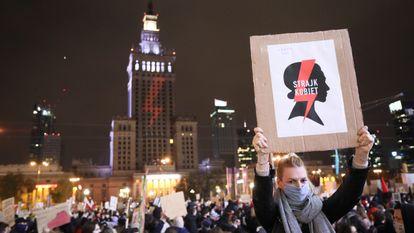 Uma mulher com um cartaz da organização feminista que lidera os protestos contra o Governo da Polônia na sexta-feira em uma enorme manifestação em Varsóvia.
