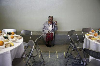 Uma grega espera a refeição de Ano Novo em um albergue de Atenas.