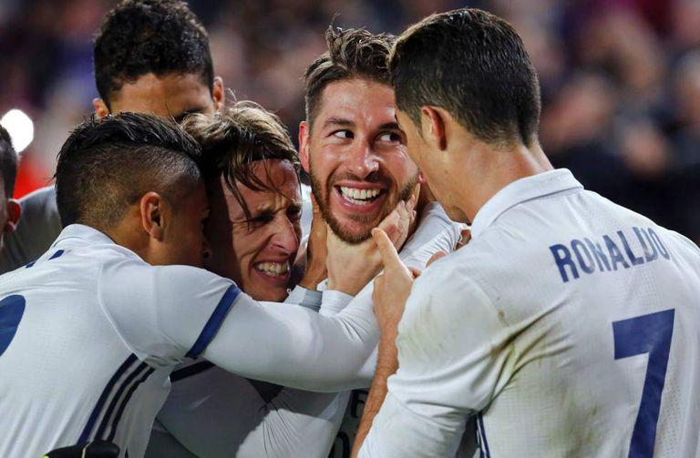 A felicidade de Modric e Ramos na celebração do 1x1 contra o Barcelona.