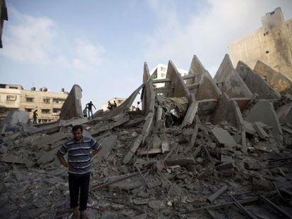 Restos de um dos edifícios bombardeados nesta terça-feira em Gaza.