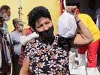 Dezenas de pessoas esperam, no dia 21 de julho, por uma doação de ossos de boi no açougue Atacadão da Carne, em Cuiabá (MT)
