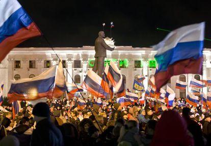 Multidão comemora com bandeiras russas em Simferopol.