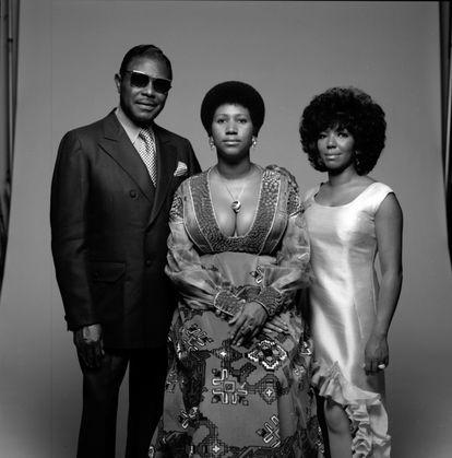 Aretha Franklin (centro) com seu pai, o pastor C. L. Franklin, e sua irmã Carolyn, em Nova York em 1971.