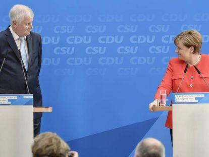 A chanceler alemã Angela Merkel e o governador da Baviera e líder da União Social-Cristã (CSU), Horst Seehofer.