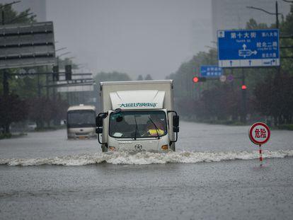 Uma avenida alagada pelas chuvas torrenciais na cidade de Zhengzhou, província de Henan (centro da China), em 20 de julho.