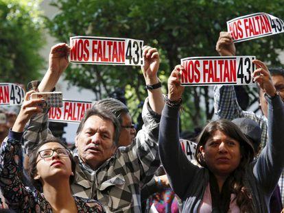 Manifestação pelas vítimas de Iguala, neste domingo na Cidade do México.