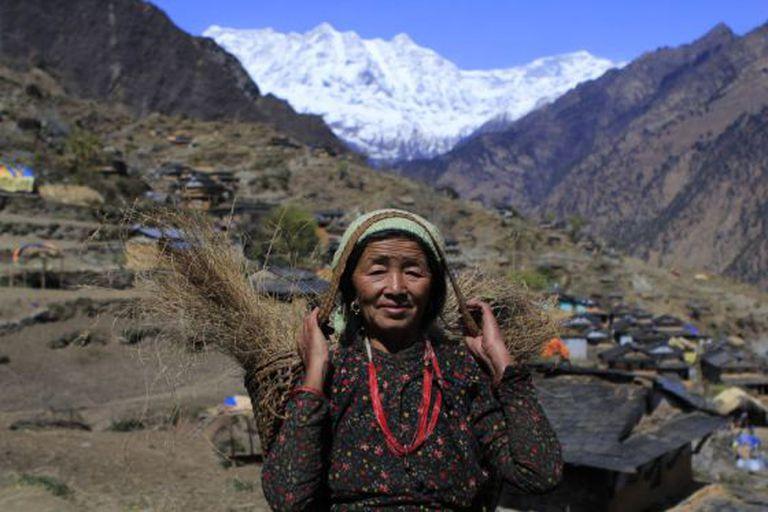 Os aldeões do Nepal carregam mais de 30 quilos em suas 'doka' (cestos de vime) pelos estreitos do Himalaia.